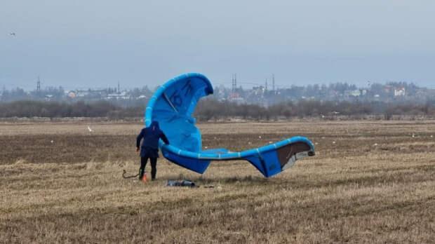 «Думал, что порву костюм о железки». Петербуржец покорил огромную муринскую лужу на кайте