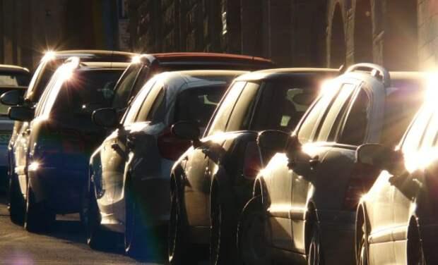 Эксперт рассказала, зачем прохожие могут фотографировать номер автомобиля