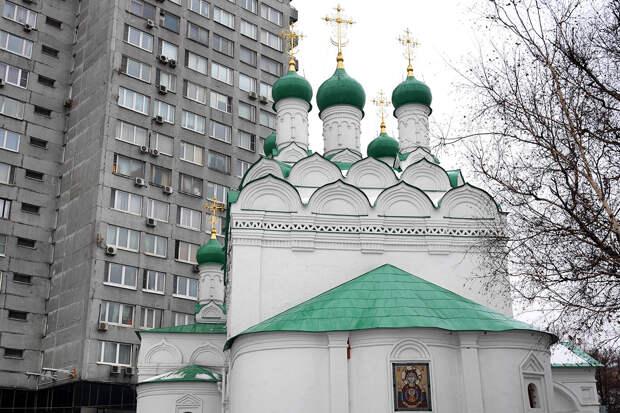 Священник в Москве избил прихожан из-за фото иконостаса