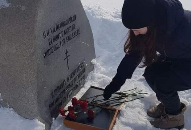 Молодогвардейцы ЕР возложили цветы на могилу гитлеровцев
