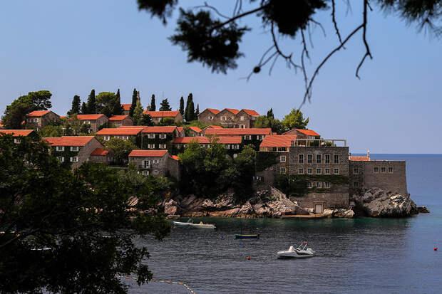 Черногория продлила до осени безвизовый режим для россиян