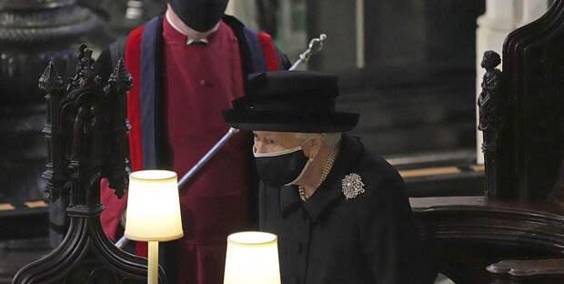 Елизавета II надела на похороны принца Филиппа брошь с тайным смыслом