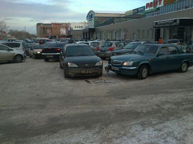 Действует ли «помеха справа» на парковке, и кто кому должен уступать? Ответ инспектора ГИБДД.