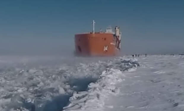 Ледокол на Енисее противостоит глупости зимних рыбаков