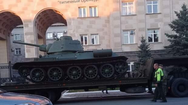ВОренбурге кДому Советов подкатили боевой танк