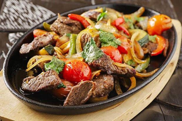 Жарим на обычной сковороде мясо так же вкусно, словно у нас на кухне стоит мангал