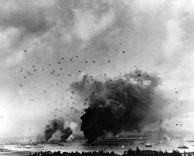 Небо над Перл-Харбор разрывается с antiaricraft огня ...