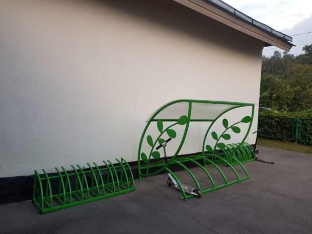 У входа в музыкальную школу на 7-й Северной линии появились лавочки и велопарковка