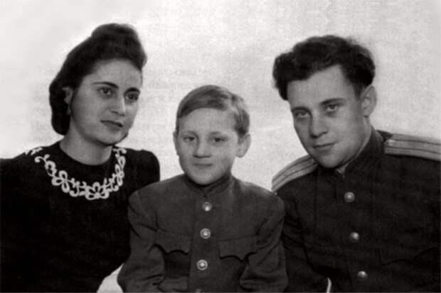 Евгения Степановна Лихалатова («мама Женя»), Володя и Семен Владимирович Высоцкий в г.Эберсвальде, Германия, 1947 год.