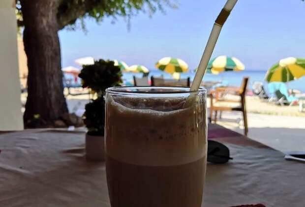 Совершенно не смущаясь: делаю греческий кофе «фраппе» в обычной поллитровой банке. Когда показала на работе, так стали делать все