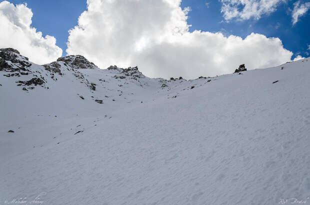 Вершина рядом, всего километр - но зато какой! Вертикальный километр!