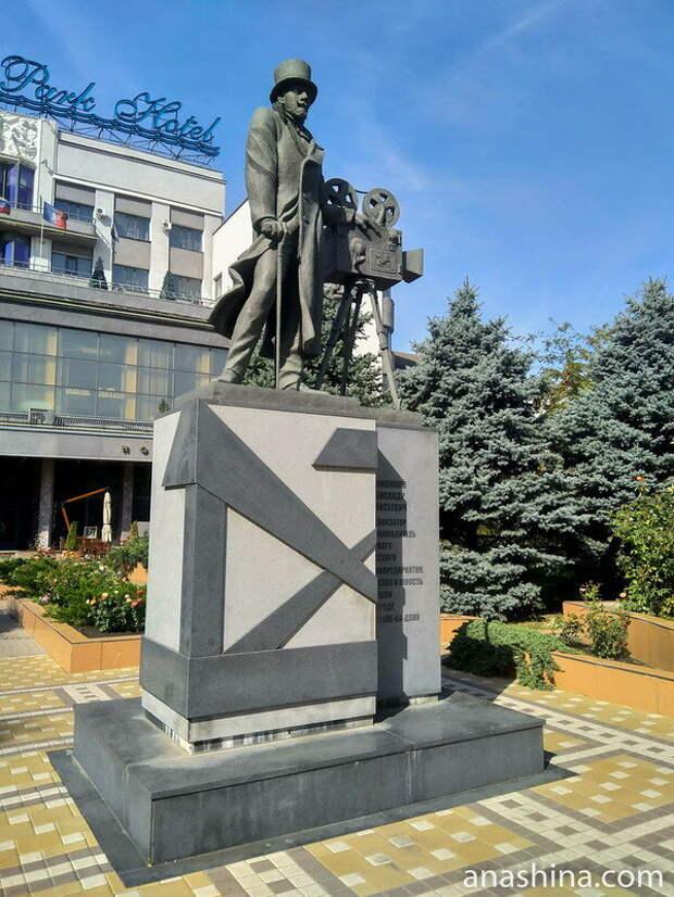 Памятник  Ханжонкову Александру Алексеевичу (1877-1945), организатору первого  русского синематографа, чье детство и юность прошли в Ростове-на-Дону