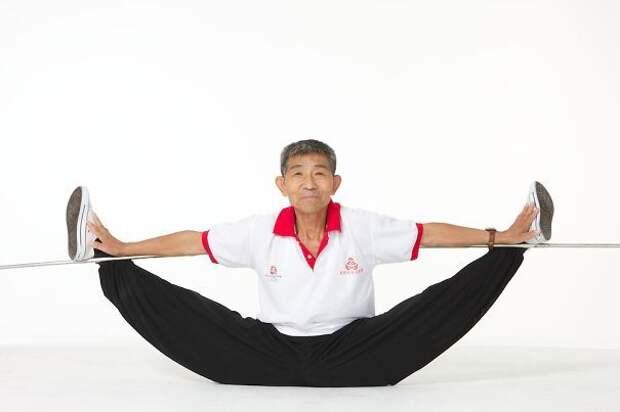 Дуан Тзинфу, 73 года. Его физическая подготовка настолько высока, что не все молодые атлеты могут повторить его сложнейшие упражнения