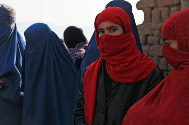 Талибы применили газ для разгона женской акции в Кабуле