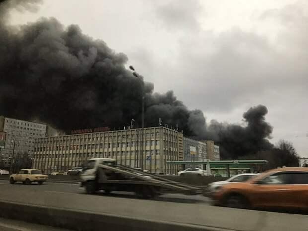 В Гатчине горит крыша торгового центра, а в Петрозаводске - общежитие