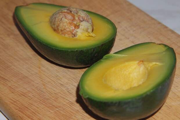 Салат из авокадо с креветками и грибами