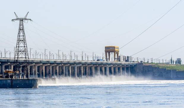 Волжская ГЭС открыла затворы плотины для максимального сброса воды