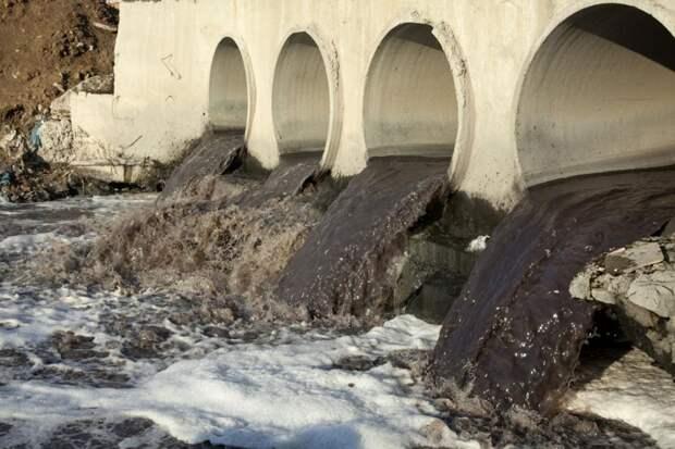 «Чиновники пытаются замести следы» — в США рассказали о беспрецедентном отравлении воды