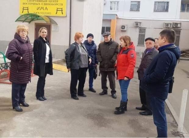 Перед входом в клуб «ИМА-Лианозово» покрасят ограждение