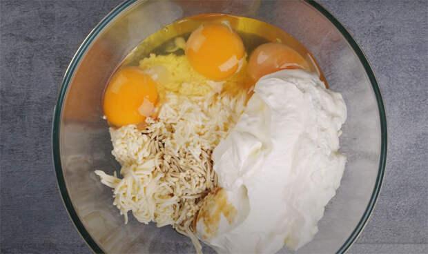 Смешиваем натертый сыр со сметаной и превращаем тесто. Добавили куриную грудку и поставили на стол закуску-рулет