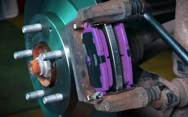 Меняем тормозные диски и колодки на Мазде - видеоинструкция