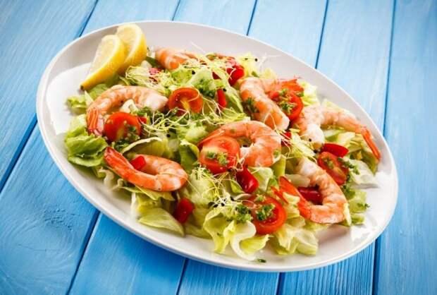 Салат с креветками. \ Фото: pinterest.co.uk.