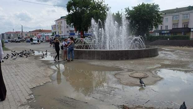 В Шадринске фонтан, который обошелся бюджету в ₽7 млн, топит площадь в центре города