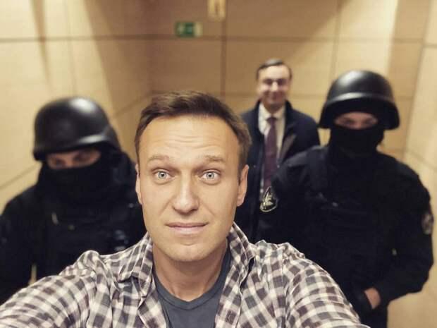 «Там психиатр нужен»: вСети высмеяли прекращение голодовки Навальным