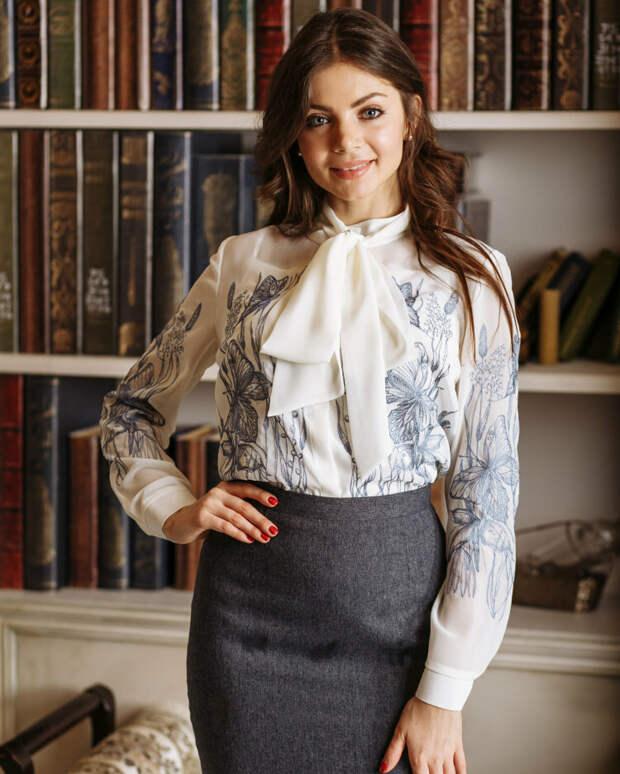 Белая блуза с бантом и вышивкой. /Фото: bleskfashion.ru