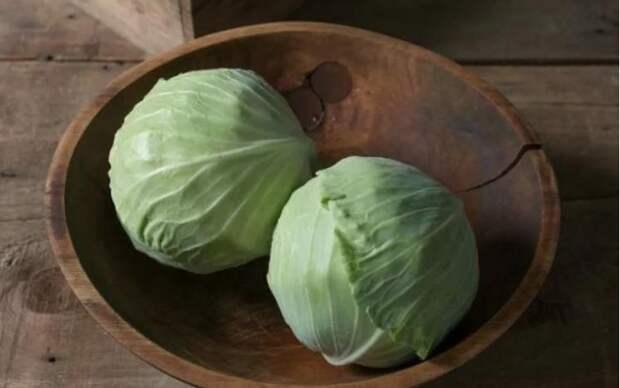 Отдельно капусту не жарю: добавляю манку и получаю вкусное блюдо на сковороде