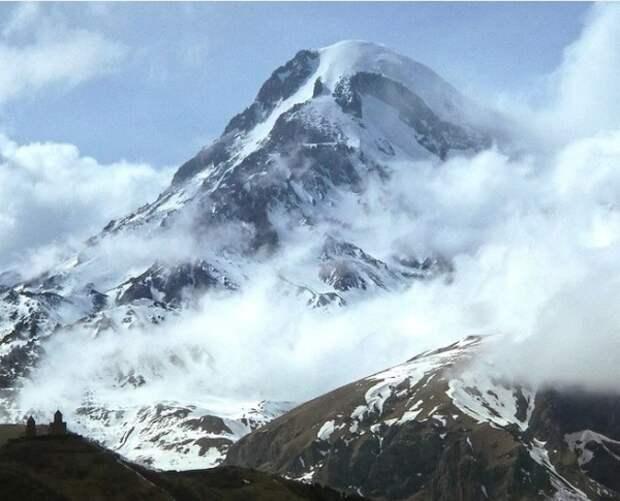 Группа альпинистов попала под лавину в Северной Осетии