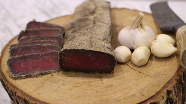 Фото к рецепту: Вяленая чесночная говядина