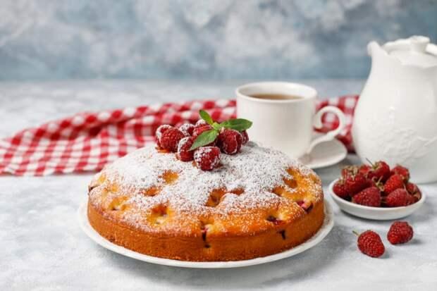simple-cake-with-powdered-sugar-fresh-raspberries-light-summer-berry-dessert-1 Как приготовить манник на кефире? Простой рецепт
