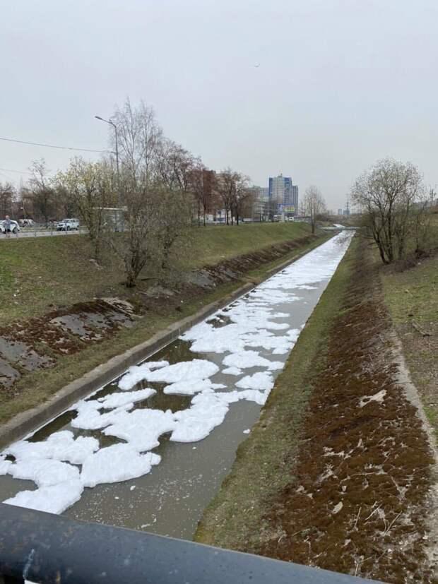Река Волковка на юге Петербурга покрылась белой пеной