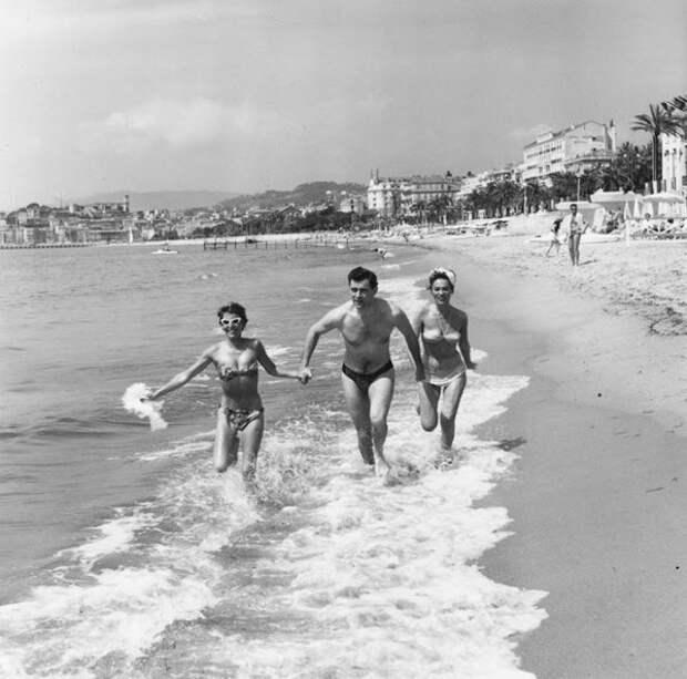 Джордж Бейкер на пляже в Каннах с Беллой Дарви и подругой 1956 год.