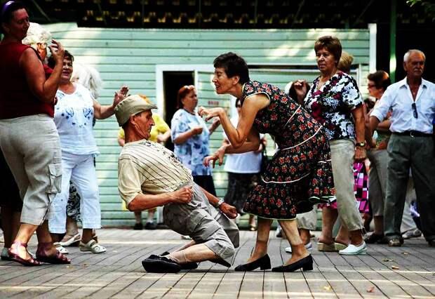 Питер жжёт! В разгар пандемии пенсионерам устроили концерт под названием «На всю оставшуюся жизнь»