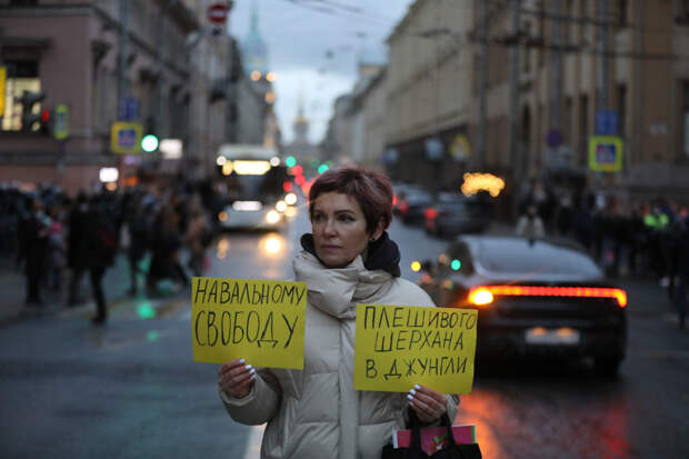 15 фото с несогласованной акции в поддержку Навального в Петербурге. Люди три часа ходили по перекрытому центру, в городе сотни задержанных