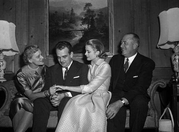 Грейс Келли с принцем Ренье и родителями во время помолвки.jpg