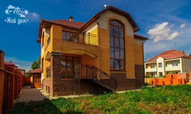 Почем в Омске продают 5-уровневый особняк с каменными подоконниками