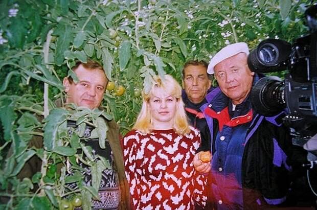 Легендарный путешественник Ю. Сенкевич (справа) в теплице посёлка Пирамида