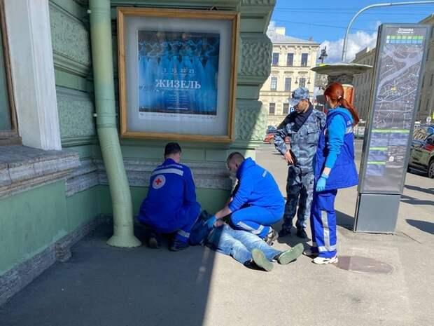 Петербуржцу, без чувств лежащему рядом с Мариинским театром, случайные прохожие вызвали скорую