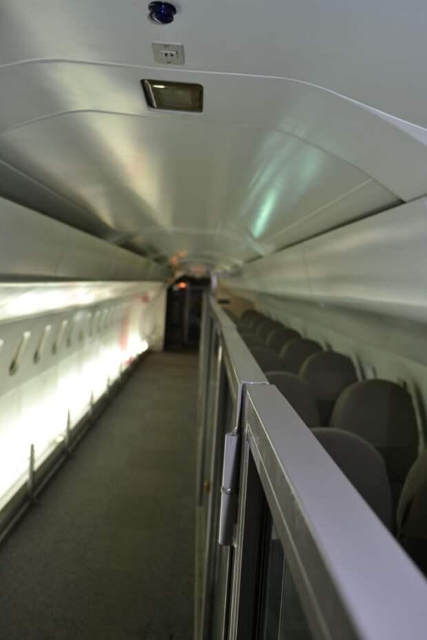 Пассажирский салон «Конкорда» – ничего особенного, разве что уже, чем мы привыкли видеть на «аэробусах» – самолет узкофюзеляжный, два ряда по два кресла, кресла левого ряда сняты для удобства прохода посетителей. К сожалению, они закрыты стеклянным «аквариумом», чтобы вошедшие не норовили устроиться там на отдых. Конечно, это сделано правильно, люди везде одинаковые, но хорошо салон не отснимешь