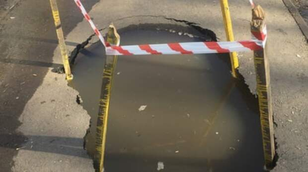 На одной из главных улиц Оренбурга пешеходы могут провалиться в яму