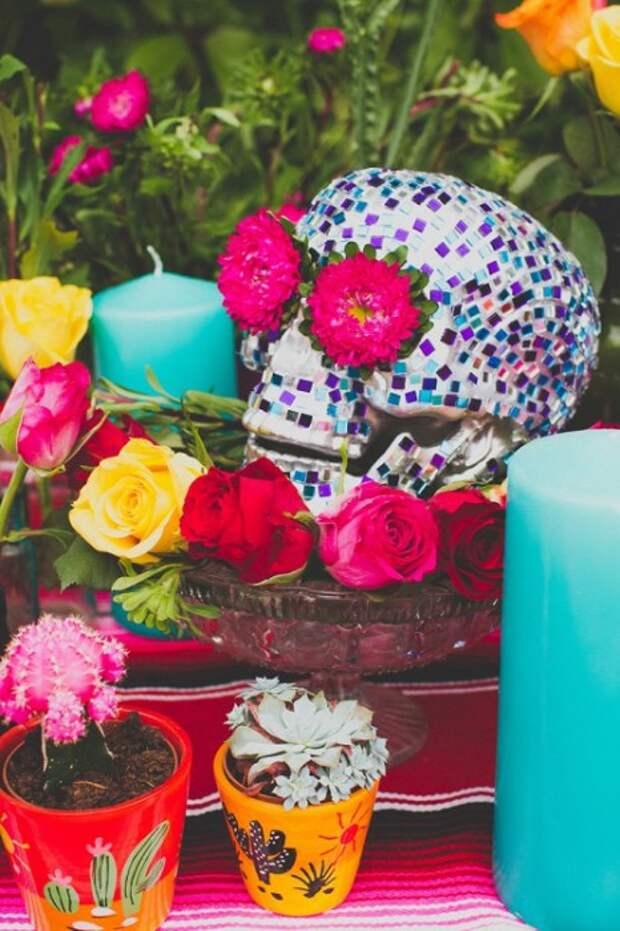 Череп, украшенный цветами и мозаикой.