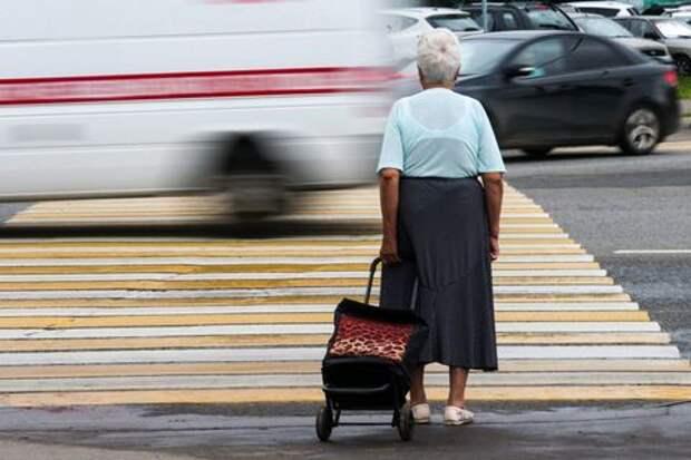 «У них весь расчет на бабушек, бабушки не будут разбираться» Как по суду с банковских карт пенсионеров массово снимают несуществующие долги
