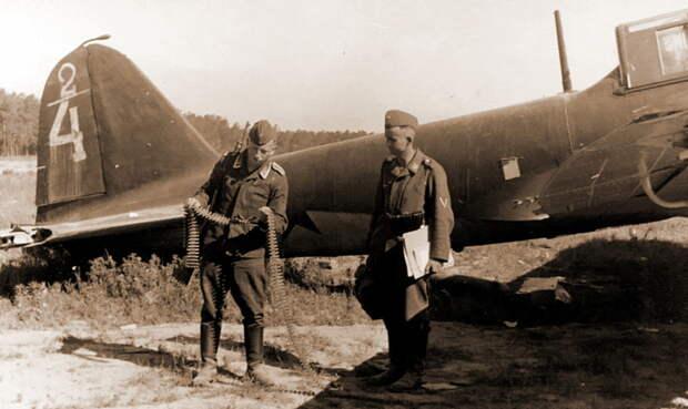 Самолёт тактический №2/4, предположительно заводской №1861102, из 2-й эскадрильи 4-го ШАП (лётчик младший лейтенант Н. Ф. Синяков), повреждён 30 июня, передан в 285-е САМ, впоследствии оставлен при отступлении. Предположительная схема обозначений в 4-м ШАП – в числителе номер эскадрильи, в знаменателе номер самолёта - Тяжелый дебют «летающего танка»   Военно-исторический портал Warspot.ru
