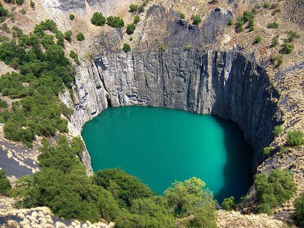 Алмазный рудник в Кимберли (ЮАР) «Большая дыра». Такой объект называют в геологии кимберлитовой трубкой. На дней карьера сейчас озеро. Изображение Creative Commons(с)Irеnе2005