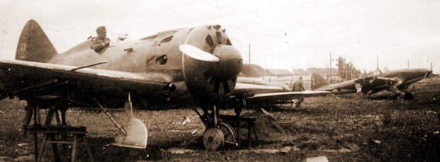 На заднем плане Ил-2 4-го ШАП, переданный 1 июля 1941 года в 285-е САМ и оставленный на аэродроме Старый Быхов. На переднем плане немецкий солдат в кабине истребителя И-16 из состава 43-й ИАД или 162-го РезАП - Тяжелый дебют «летающего танка»   Военно-исторический портал Warspot.ru
