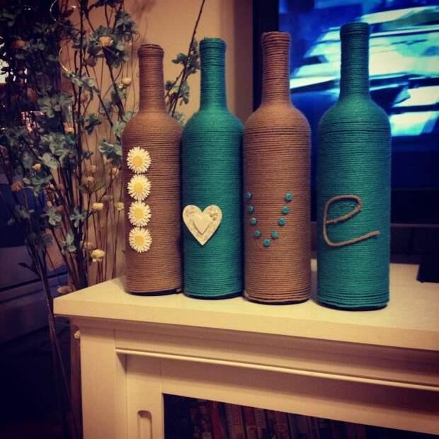 Из бутылок и веревки получаются стильные и оригинальные подсвечники. /Фото: i.pinimg.com