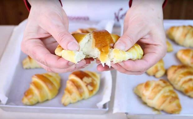 Делаем пустые круассаны десертными без варенья: добавили в тесто ложку меда